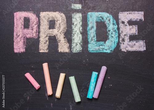 Foto  word  PRIDE on a chalk board.