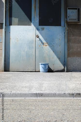 Fotografie, Obraz  鉄扉の前のバケツ