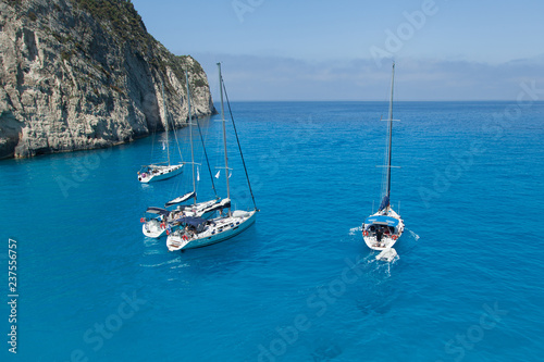 Fotografia  A group of sailing yachts stand in the bay.