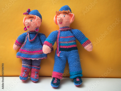 Photographie  Two handmade dolls with Christmas decorations. Knitted dolls.