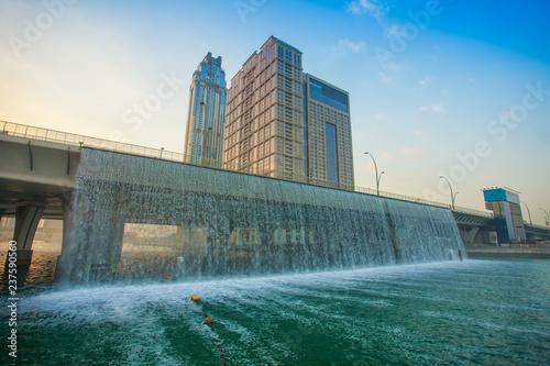 Photo  water over bridge in Dubai city, United Arab Emirates