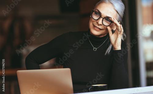 Photo  Senior businesswoman thinking at cafe