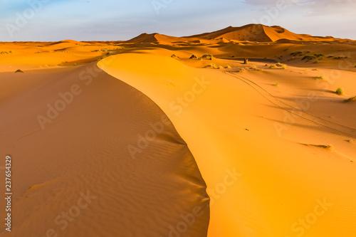 piekny-krajobrazowy-widok-wydmy-erg-chebbi-pustynia-sahara-merzouga-maroko-w-afryce