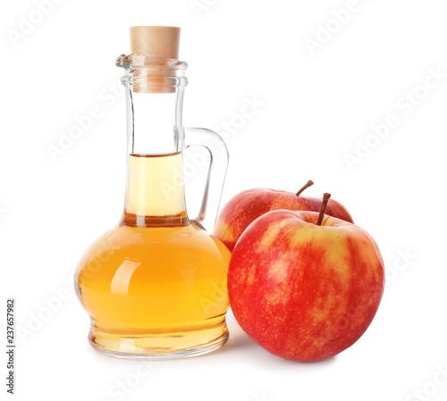 Szklany dzbanek ocet i świezi jabłka na białym tle