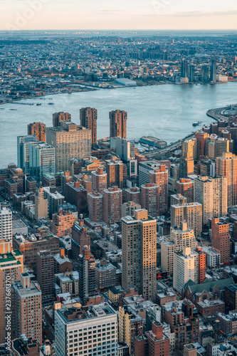 Foto op Plexiglas New York City View of buildings in Midtown Manhattan and the East River in New York City