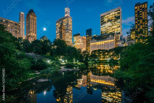 Deurstickers New York City The Pond and Midtown Manhattan skyline at night, in New York City