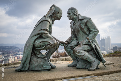 Foto  The bronze depicts George Washington and the Seneca leader Guyasuta, Pittsburgh,