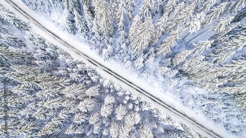 powietrzny-viwe-drogowy-rozciecie-przez-sniegi-zakrywajacego-lasu-sielankowa-zimowa-sceneria