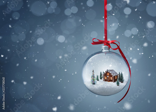 Pinturas sobre lienzo  Cozy christmas gingerbread house in glass ball over gray background with copy sp