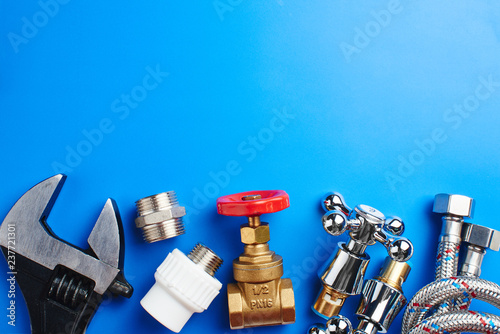plumbing tools and equipment on blue background with copy space Billede på lærred