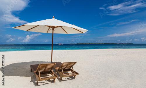 Deurstickers Strand Sonnenschirm und Liegen am Strand Atoll Insel Malediven