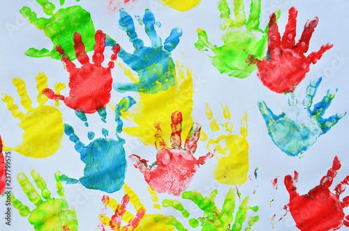 Fotografía  Diffrent colour of little hands on lesson in nursey school