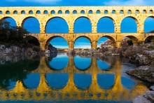 Pont Du Gard Et Son Reflet