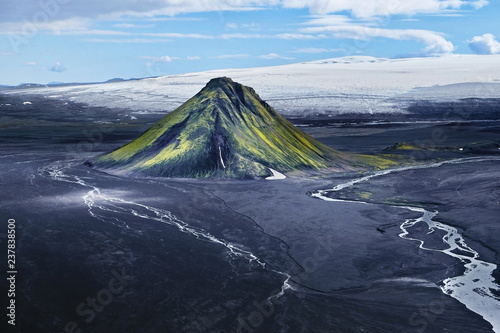 Maelifjell, Berg wie ein Vulkan im Hochland von Island Fototapet