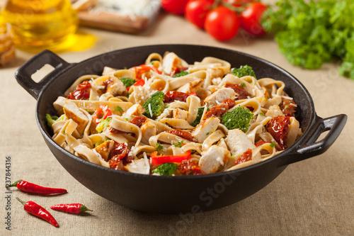 Whole-grain tagliatelle pasta with grilled chicken. Fototapet