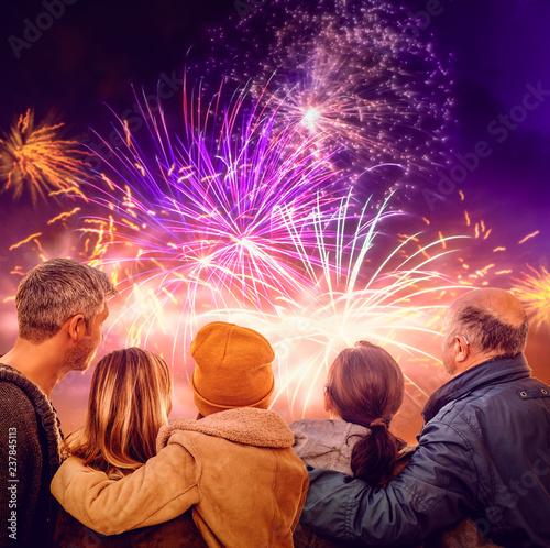 Obraz Familie schaut das Feuerwerk an  - fototapety do salonu
