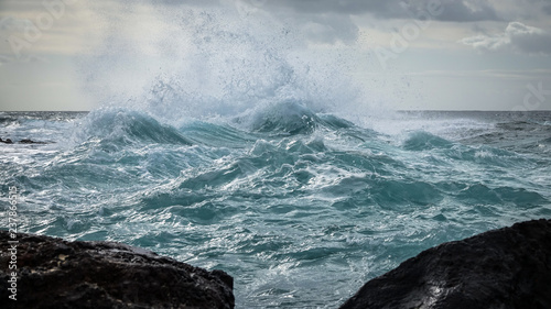 Autocollant pour porte Stormy weather on the sea. Big waves strike against shallow water. Atlantic ocean.