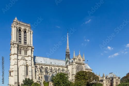 Fotografia  Notre Dame Cathedral, Paris, France, against a blue sky.