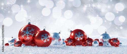 Silberne Weihnachtskugeln.Fototapeta Rote Und Silberne Weihnachtskugeln Im Schnee