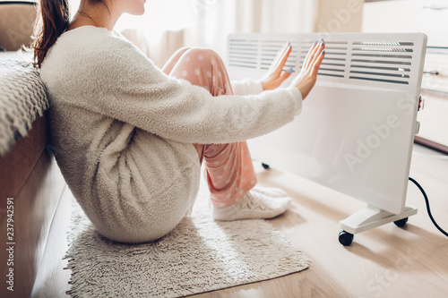 Fotografiet Using heater at home in winter