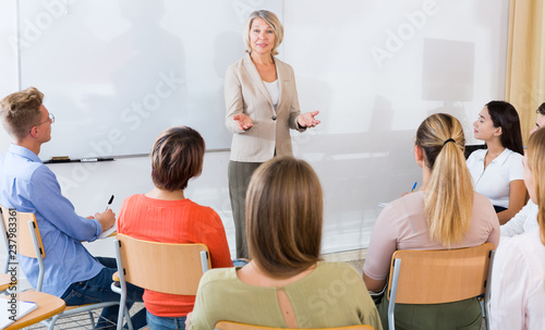 Female teacher lecturing to students Fototapet