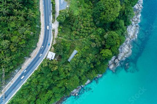 odgornego-widoku-krajobraz-tropikalny-morze-z-nadbrzeze-drogowym-wizerunkiem-widok-z-lotu-ptaka-trutnia-strzalem