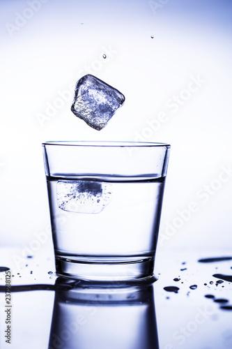 rozloz-kostki-lodu-w-wodzie-gl