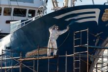Pintor Pintando El Casco De Un...