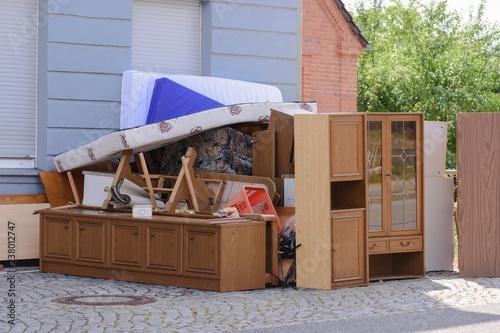 Cuadros en Lienzo Sperrmüll vor einem Haus