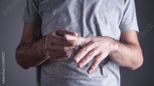 Photo Caucasian man with finger ache. Arthritis, wrist pain