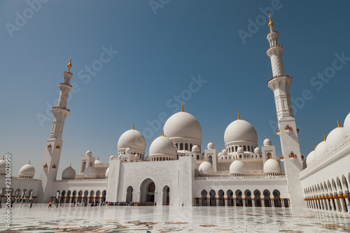 Poster Abou Dabi View of the main entrance of the Sheikh Zayed Grand Mosque in Abu Dhabi. The largest mosque in the United Arab Emirates.