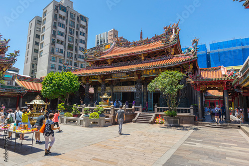 Edifice religieux People walking in front of the gate of Longshan Temple in Taipei, Taiwan