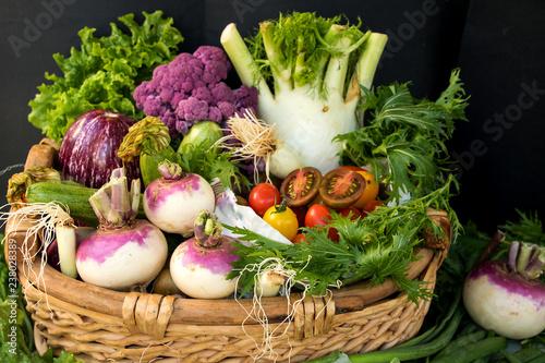 Korb mit Gemüse gefüllt frisch vom Markt