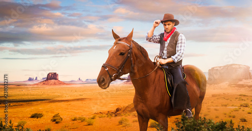 Cowboy riding a horse in desert valley, western Canvas-taulu