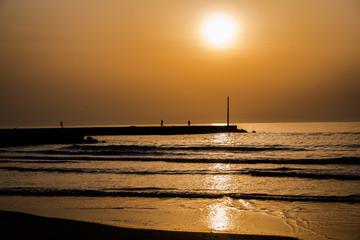 夕方の海と防波堤