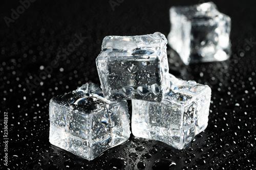 kawałki lodu i kropelki wody