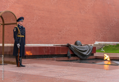 Fotografia  Military Guard and the Eternal Flame At Tomb Of Unknown Soldier, Moscow, Russia