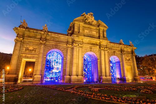 Fototapeta premium Puerta de Alcalá oświetlony na Boże Narodzenie