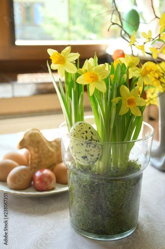 Fototapeta Wielkanoc - kompozycja kwiatowa, stół obraz