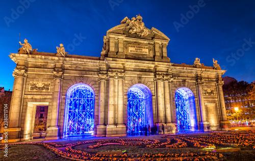 Fototapeta premium Madryt, Puerta de Alcalá oświetlony na Boże Narodzenie