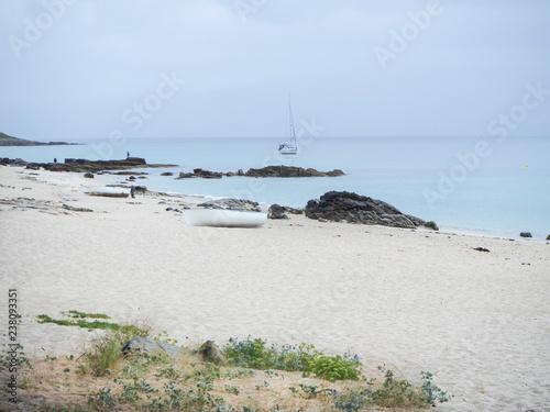 Photo Vista de un barco en la  Playa de Louro, que pertenece a Muros en Galicia, La Coruña, España
