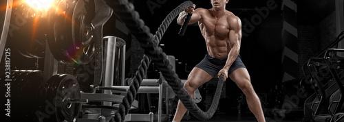 muskularny-mezczyzna-pocwiczyc-w-silowni