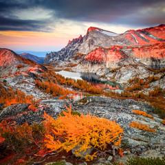 Panel Szklany Góry Alpine Lakes Sunrise in the Cascade Mountains, Washington, USA.