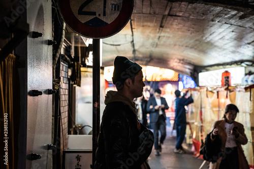 Printed kitchen splashbacks Kyoto 路地裏の男性シルエット