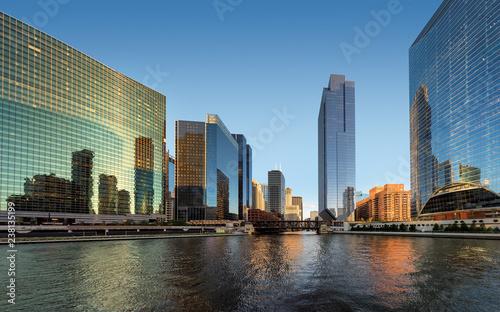 Foto op Plexiglas Stad gebouw Chicago Skyline. Skyscraper of Chicago downtown and Chicago River at sunset. Chicago, Illinois.