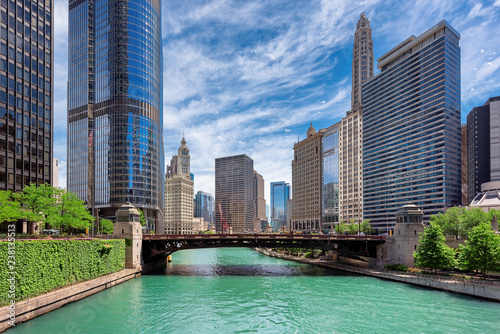 Spoed Foto op Canvas Stad gebouw Chicago Skyline. Chicago downtown and Chicago River at summer sunny day, Chicago, Illinois.