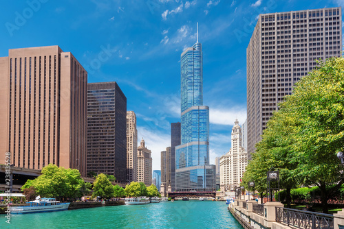 Foto op Plexiglas Stad gebouw Chicago Skyline with Chicago River and skyscraper during sunny day, Chicago, Illinois.