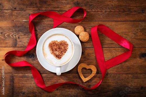 In de dag Chocolade Valentines day. Cup of cappuccino coffee with heart on foam