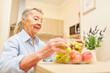Senior Frau mit Obst zum Frühstück