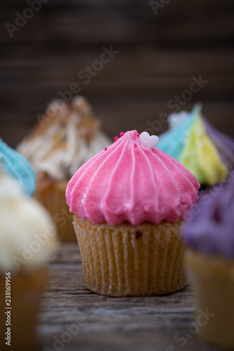 Photo  Tasty mini cupcakes on a vintage background, sweet dessert for christmas, new ye